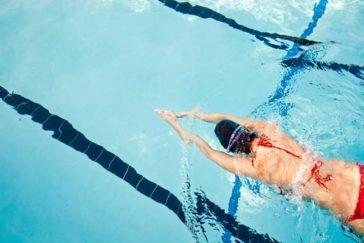 游泳池的消毒水會使皮膚變黑嗎?