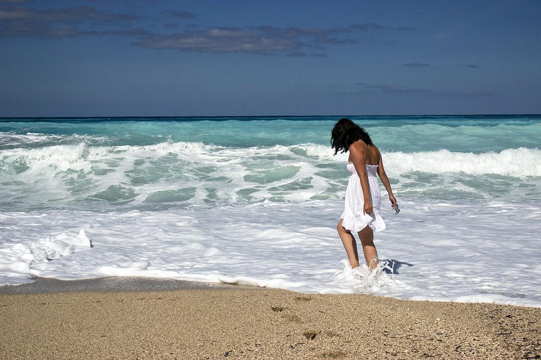 穿加大泳衣到海邊玩水